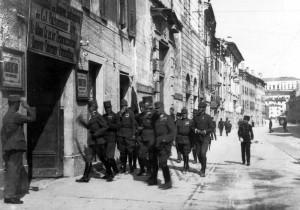 Truppe imperiali in una città italiana durante la Grande Guerra.